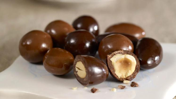 مكسرات بالشوكولاتة